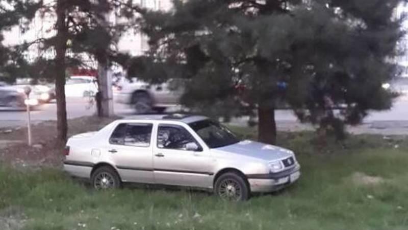 В 6 мкр водитель припарковал свой «Фольксваген» на газоне. Фото