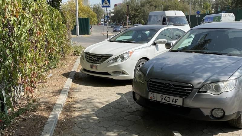 На ул.Жумабека машины паркуются на тротуаре. Фото очевидца