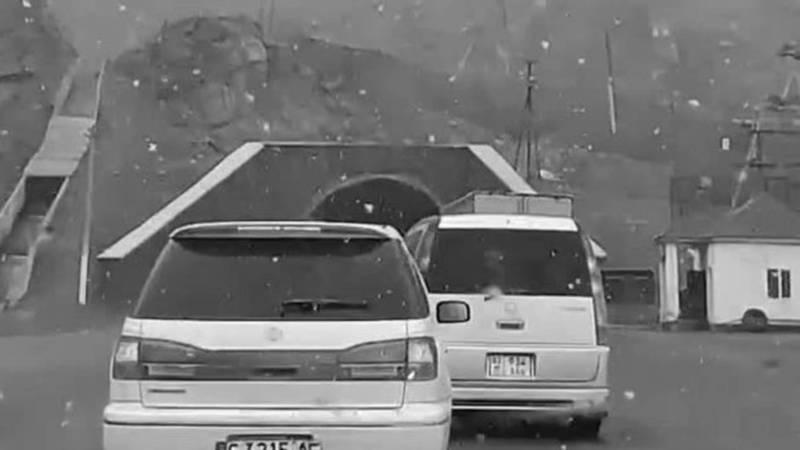 На перевале Төө-Ашуу идет снег. Видео