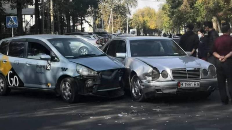 На Тыныстанова «Фит» из «Яндекс. Такси» столкнулся с «Мерседесом»