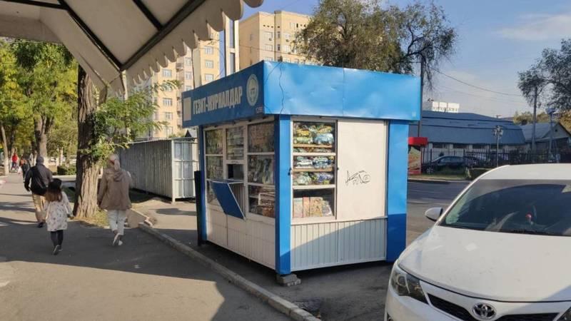 На Боконбаева газетный киоск установили на месте парковки, - очевидец