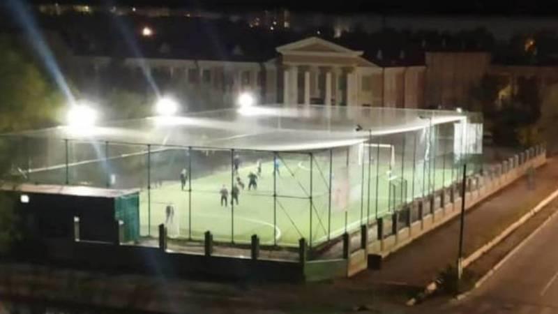 Возле хирургического центра во время комендантского часа играют в футбол. Видео