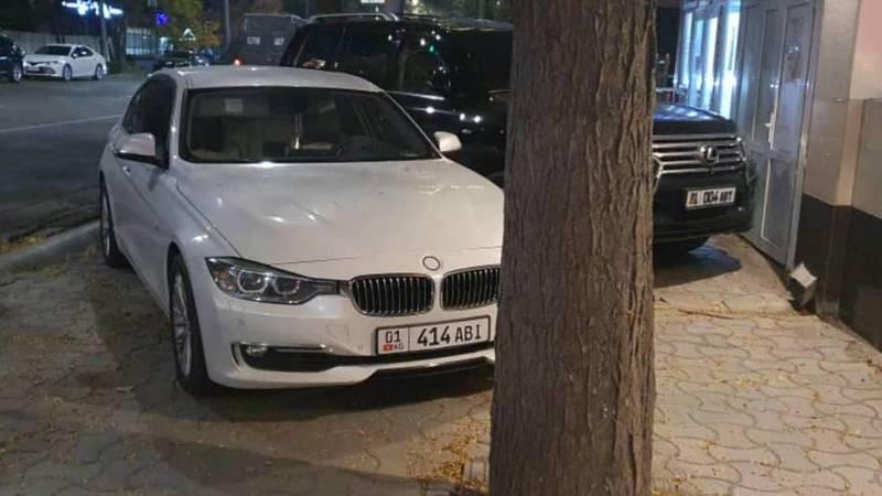 Lexus LX 570 и BMW 320 припаркованы на тротуаре по ул.Киевской
