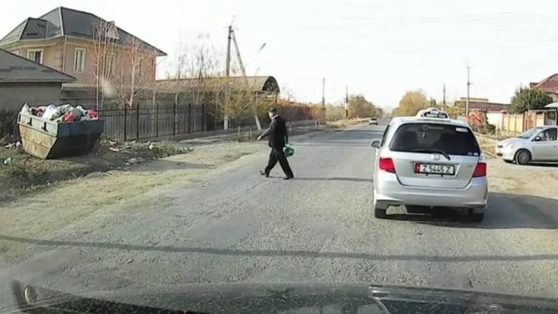 В Оше таксист оставил машину посреди дороги и пошел выбрасывать мусор. Видео