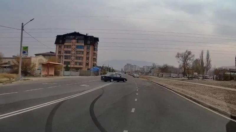 Дрифтер на «Мерседесе» на ул.Каралаева. Видео