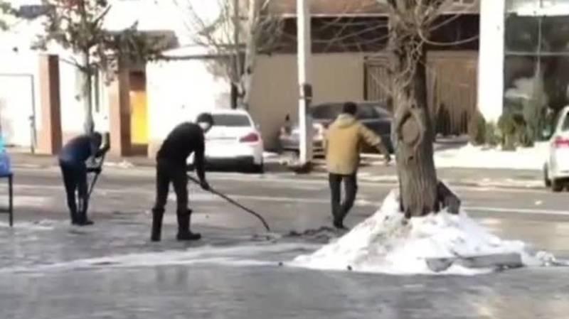 В Бишкеке мужчина выбрасывает грязный снег на дорогу, - очевидец