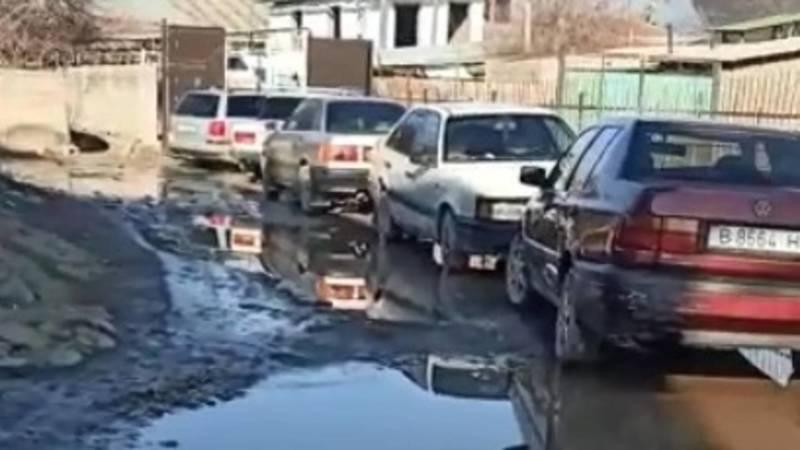 Житель Шамалды-Сая жалуется на состояние одной из улиц. Видео