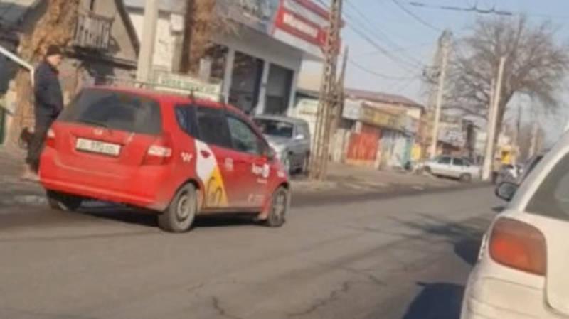 «Фит» из «Яндекс Go» едет по встречке по Некрасова. Видео