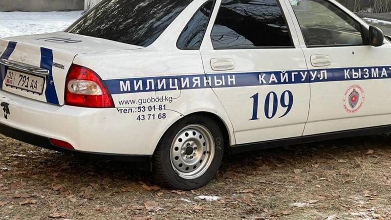 Машина патрульной милиции припаркована на газоне у наркологии. Фото