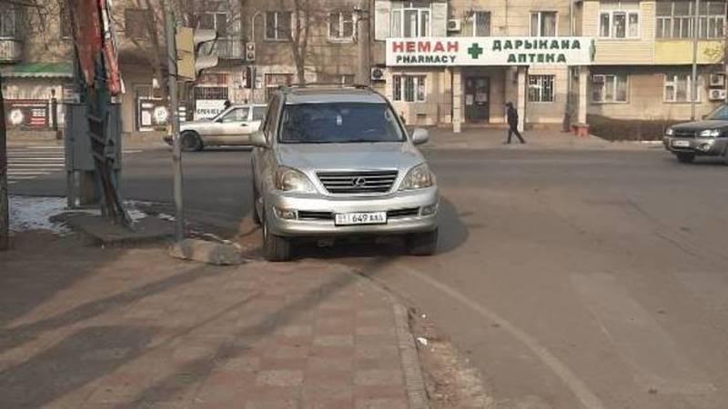 Lexus с подложными номерами припаркован в неположенном месте. Фото горожанина