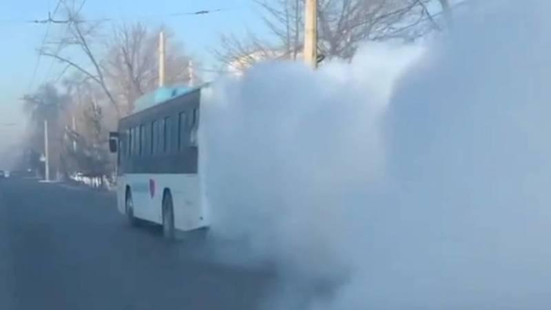Пассажирский автобус сильно дымит. Видео