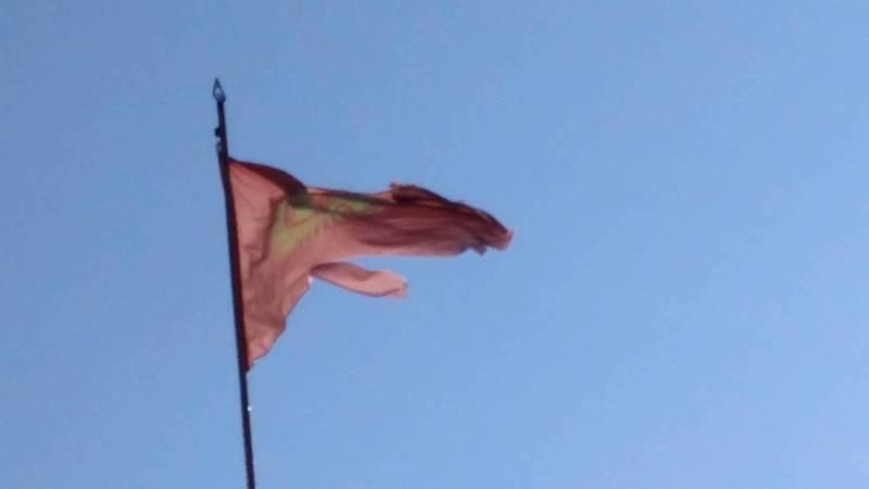 В городе Кербен на здании больница висит порванный флаг. Фото