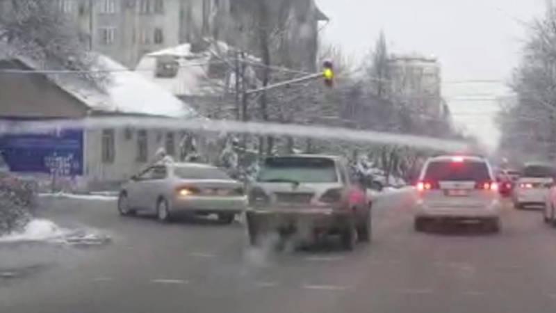 Lexus RX 300, у которого 14 тыс. сомов штрафов, нарушил ПДД. Видео горожанина