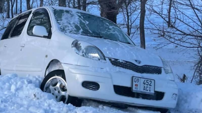В Тюпском районе Toyota слетела с дороги и застряла в сугробе. Видео