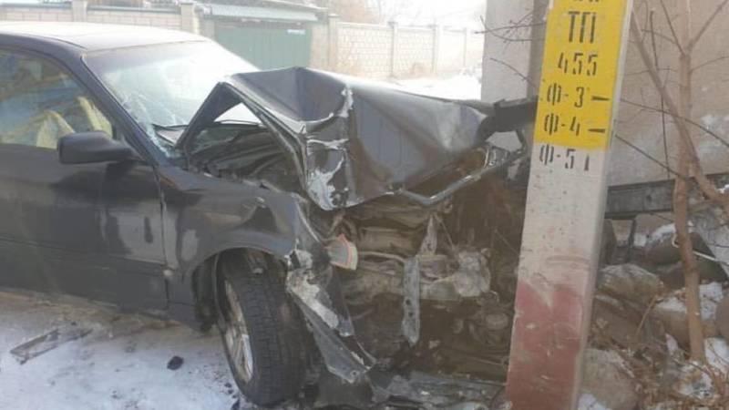 В Кызыл-Аскере «Ауди 100» врезался в столб. Фото