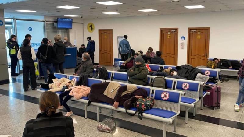 Кыргызстанцы, летевшие из Турции, застряли в аэропорту Алматы. Видео и фото