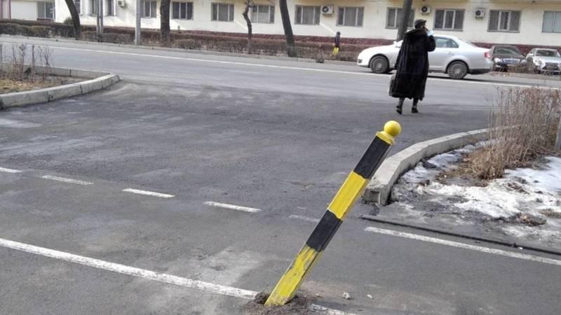 На велодорожке по Манаса покосилась железная стойка. Фото горожанина