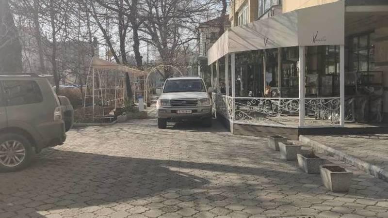 Очередной автомобиль припаркован на тротуаре на Московской. Фото