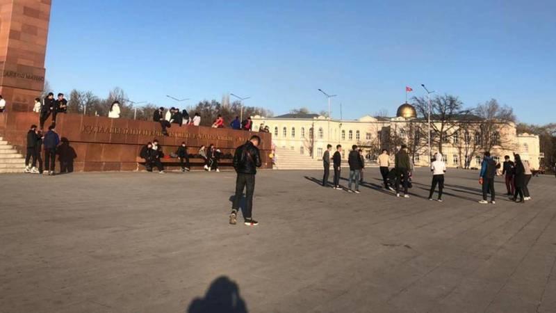 На площади Ала-Тоо играют в «картошку». Фото