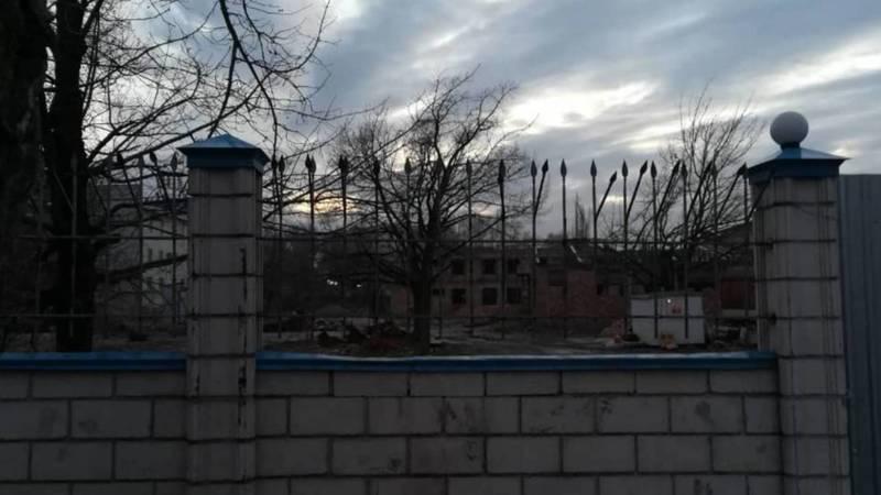 Что строят на территории футбольного поля возле 61-й школы? Видео горожанина