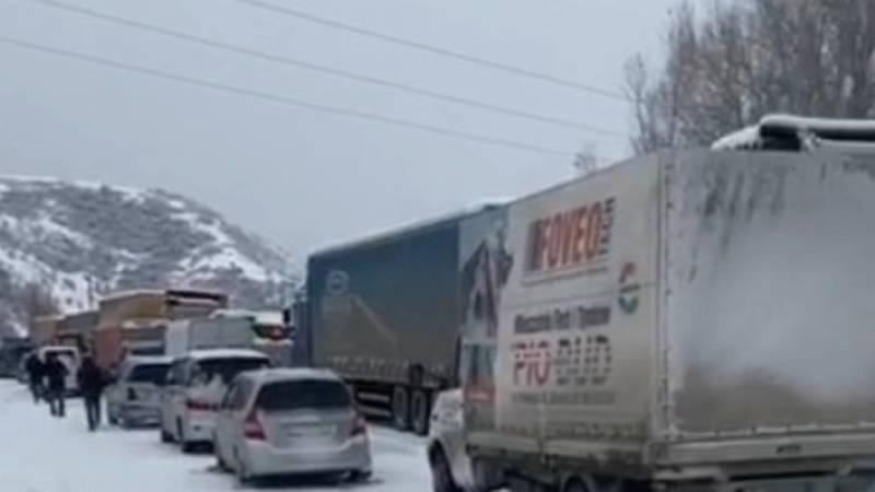 На посту в Сосновке образовалась огромная пробка из-за снега. Видео