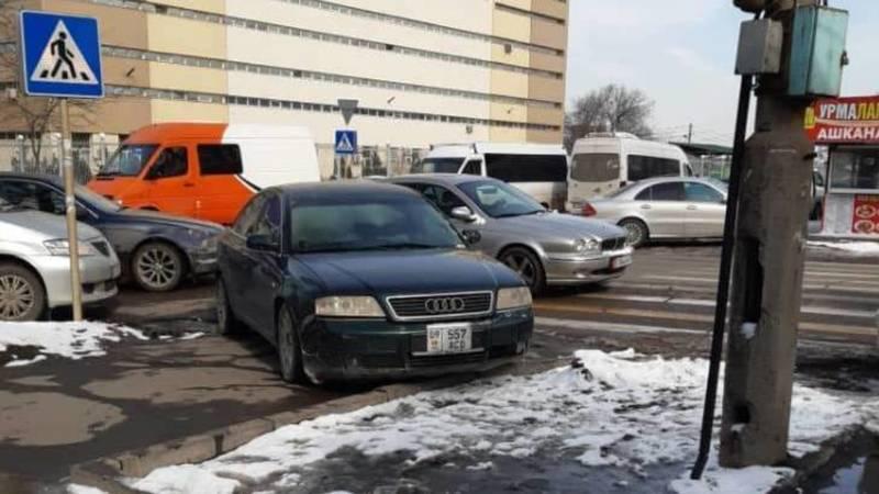 На ул.Суюмбаева водитель Audi A6 припарковали на тротуаре. Фото