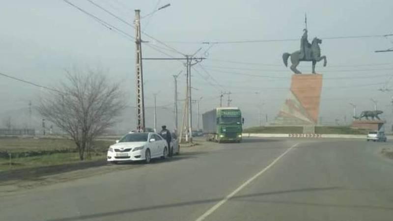 Законно ли в Оше сотрудники УОБДД на частной машине стоят возле круговой? Фото очевидца