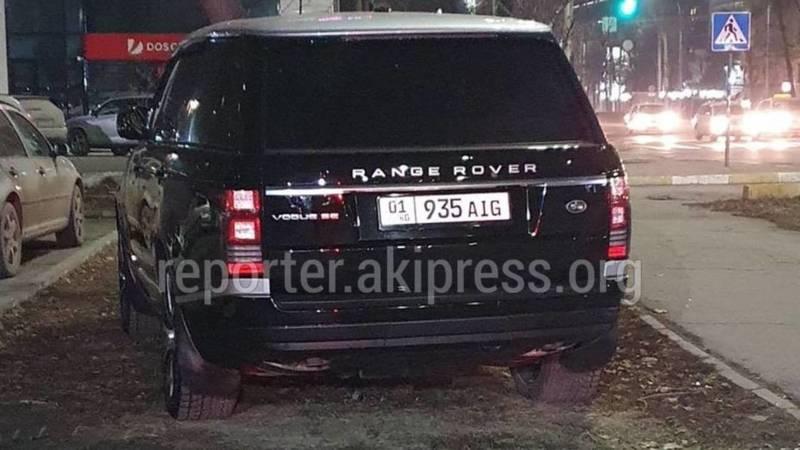 Range Rover c подложными номерами припаркован на газоне. Фото горожанина