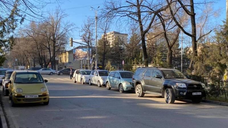 Водители паркуют автомобили на ул.Тоголок Молдо, сужая проезд