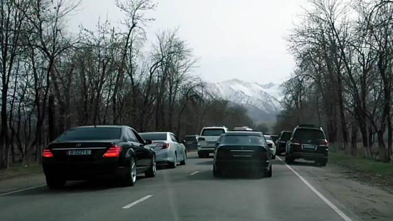 Беспредел на дороге. В Арашане машины едут в три ряда, некоторые по встречной полосе