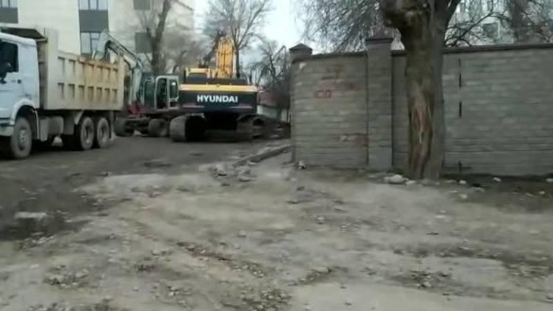 Почему во время ремонта дороги по Ажыбек Баатыра оставили один забор? Видео горожанина