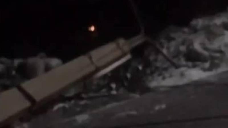 В 12 мкр автомобиль снес бетонный столб. Видео с места аварии