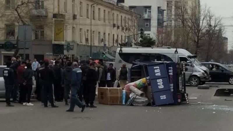 На проспекте Чуй грузовик перевернулся после столкновения с бусом. Видео с места аварии