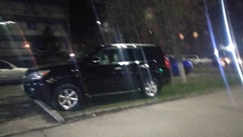 Lexus GX 460 припаркован на газоне. Фото