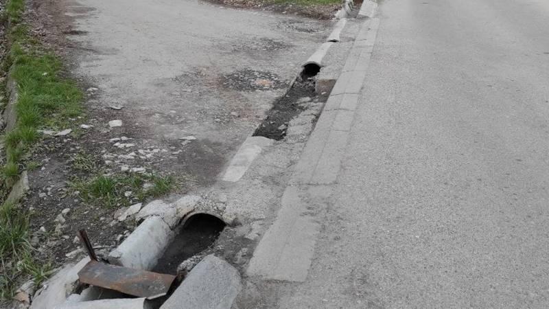 Машина по сбору мусора разрушила арыки во дворе дома на Токтоналиева. Фото местного жителя