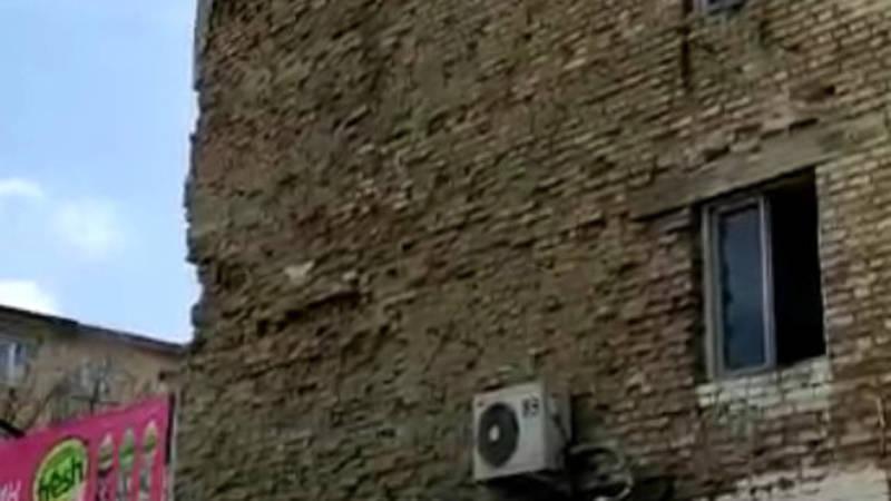 У здания в 5 мкр разрушается стена. Видео горожанина