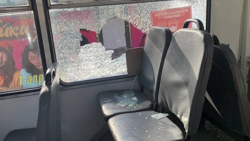 В Бишкеке ездит троллейбус с разбитым окном. Фото