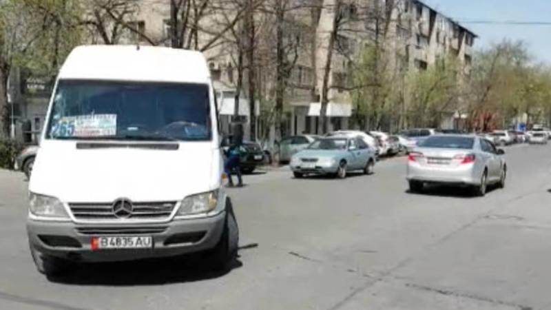 Несколько бусов нарушают свой маршрут и проезжают по Чокморова. Видео горожанина