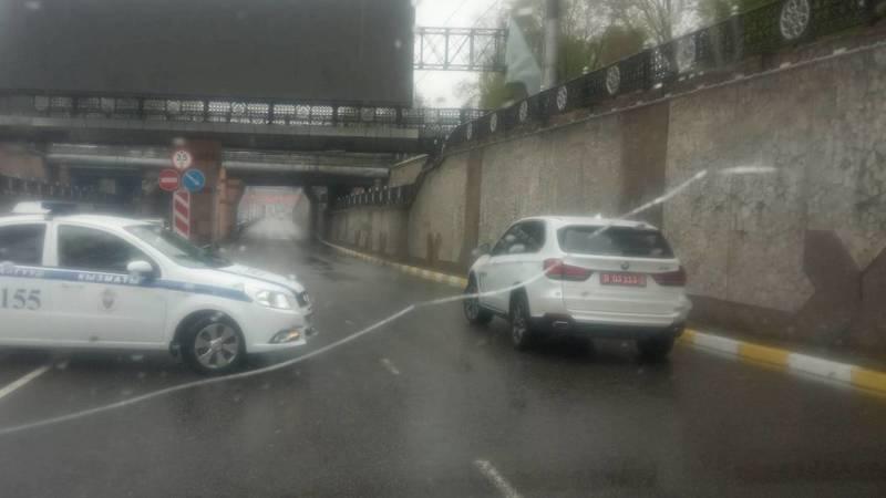 Патрульная машина развернулась через двойную сплошную. Фото