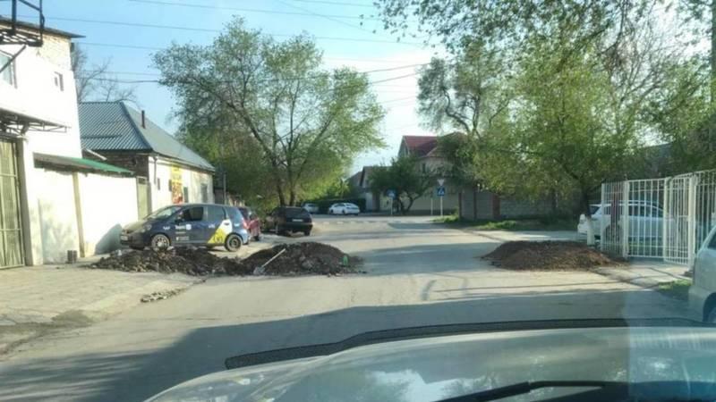 В Рабочем городке строители расковыряли асфальтированную дорогу. Фото
