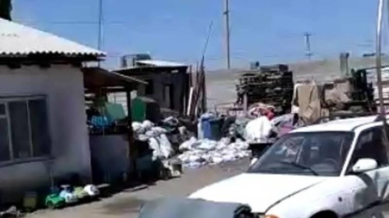 Жительница жилмассива Ак-Бата жалуется на соседа, который организовал свалку во дворе дома. Видео