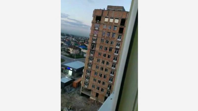 В новостройке Кок-Жар дети играют на крыше строящегося дома. Видео