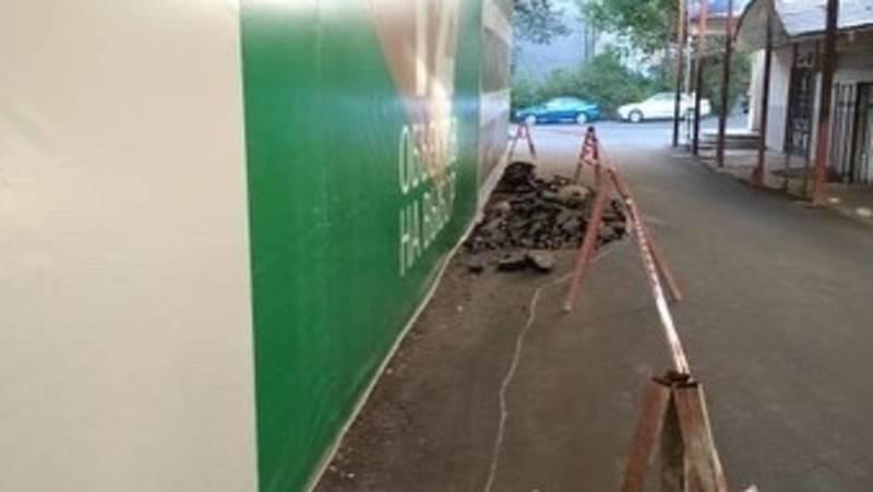 Стройкомпания сужает тротуар по ул.Чокморова. Фото