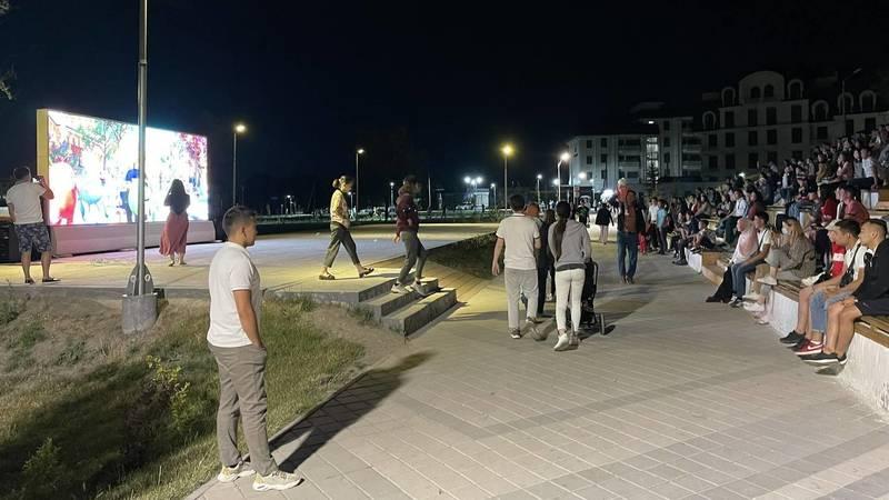 В парке «Адинай» открыли Open Air караоке, собирается большое количество людей. Фото