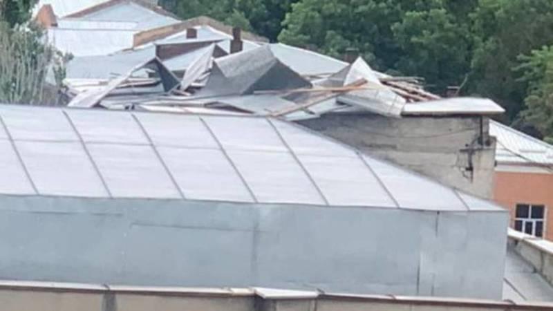 Сильный ветер раскурочил крышу кардиологического центра. Ее еще не почили. Фото горожанина