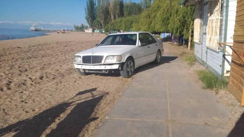 «Мерседес» заехал на пляж Иссык-Куля в пансионате «Золотые пески». Фото