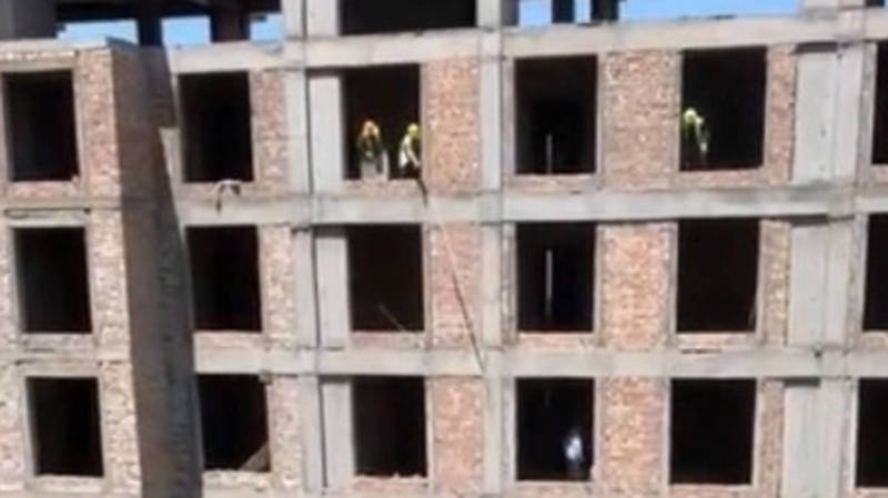 На стройке на Исанова рабочие кидают балки с 9 этажа. Видео