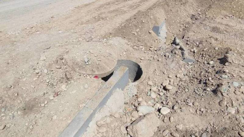 При ремонте дороги на Шералиева люк завалили гравием. Фото горожанина Дастана