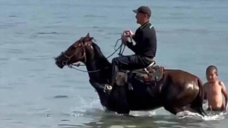 Примут ли меры? На Иссык-Куле парень окунулся в озеро верхом на лошади, - очевидец (фото)