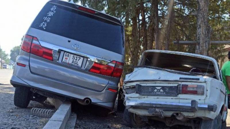 В Кара-Балте столкнулись «Жигули» и «Тойота». Фото